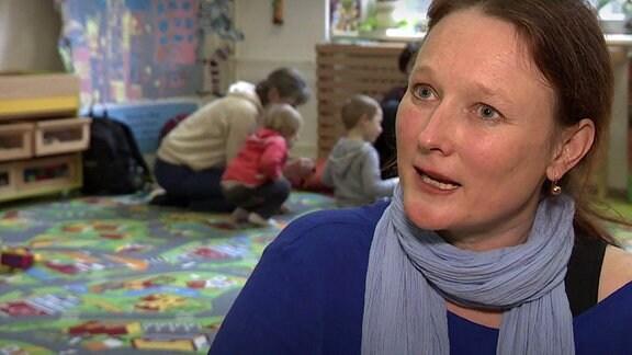 Frauen und Kinder in einem Raum