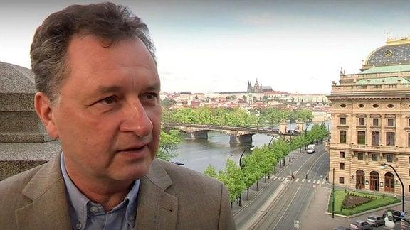 Ein Mann, im Hintergrund Prag