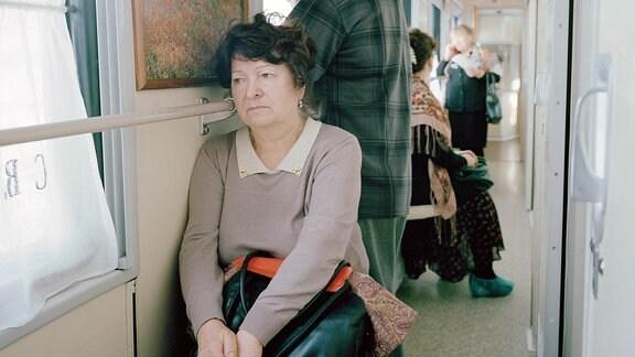 In den engen Gängen des Zuges warten Patienten auf ihren Behandlungstermin.