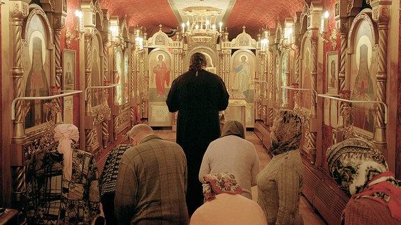 Priester Igor hält in einem Kathedralenwaggon am Zugende Gottesdienste ab, die von den Patienten vor und nach den Behandlungsterminen besucht werden.