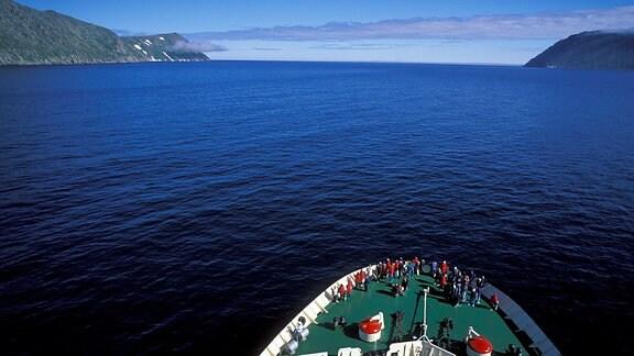 Ein Kreuzfahrtschiff fährt auf der Behringstraße an den Diomede Inseln vorbei.