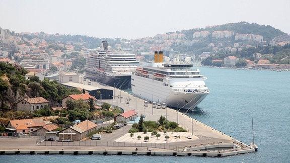 Die Kreuzfahrtschiffe Costa Classica und Nieuw Amsterdam liegen im Hafen von Dubrovnik.