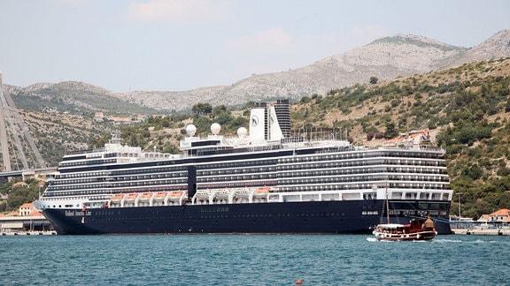 Das Kreuzfahrtschiff Neew Amsterdam liegt im Hafen von Dubrovnik.