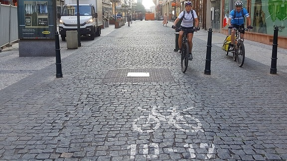 Radfahrer an einem Radfahr-Verbots-Hinweis