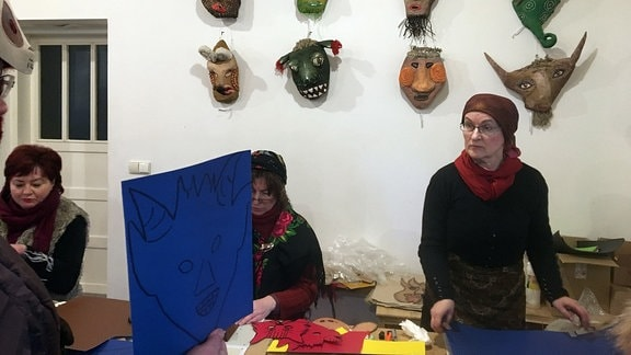 Masken-Basteln beim Faschingsfest im litauischen Rumsiskes am 10. Februar