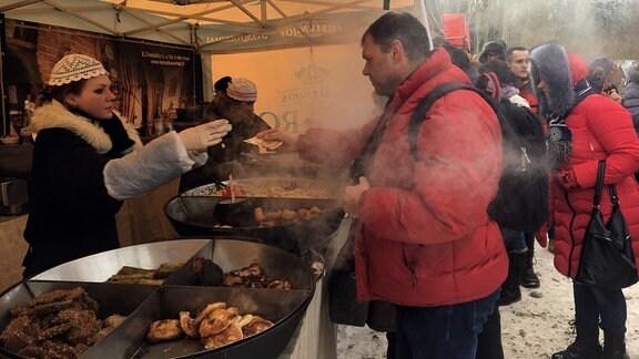 Menschen an einem Stand mit Essen