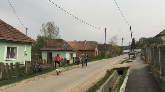 Dorfstraße in Fay Ungarn mit Häusern