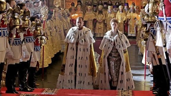 Lars Eidinger als Zar Nikolaus II. und Luise Wolfram