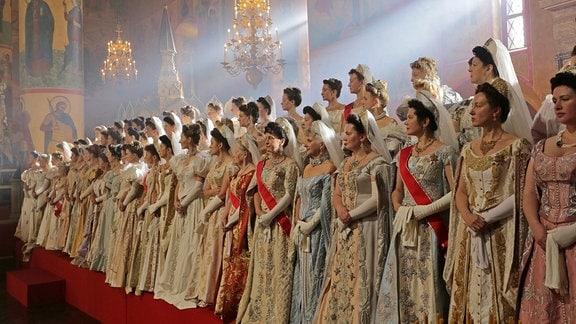 Frauen tragen historische Kostüme