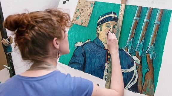 Eine Künstlerin reproduziert ein Gemälde von Vincent van Gogh für den Film 'Loving Vincent'.