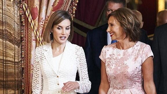 Königin Letizia im Gespräch mit Carmen Iohannis.