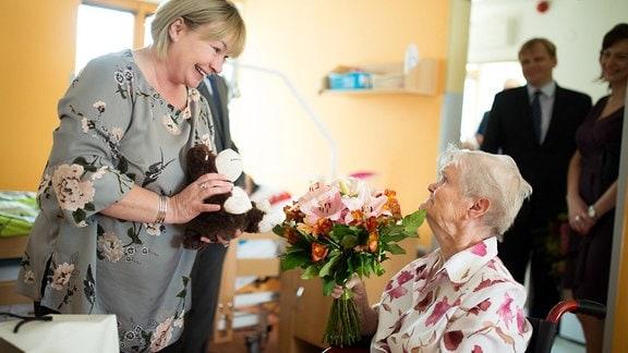 Tschechische First Lady Ivana Zemanova übergibt Geschenke im Altersheim