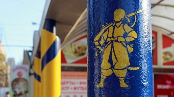 Gelbe Silhouette eines Kosaken auf blauem Hintergrund auf einer Säule