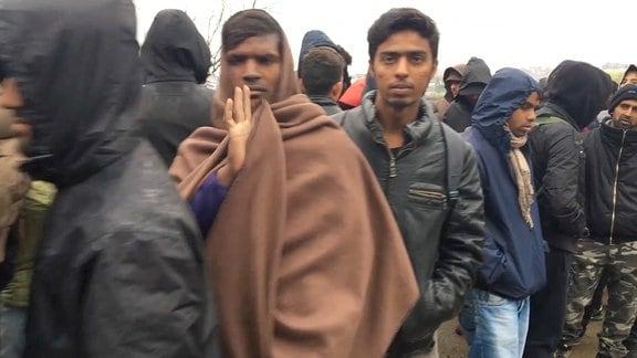 Flüchtlinge stehen im bosnischen Flüchtlingslager Schlange