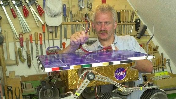 Tasillo Römisch, 2000, mit einem Modell vom Mars-Rover Sojourner