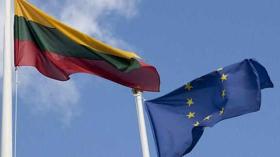 Die Flaggen von Littauen und der Europäischen Union.