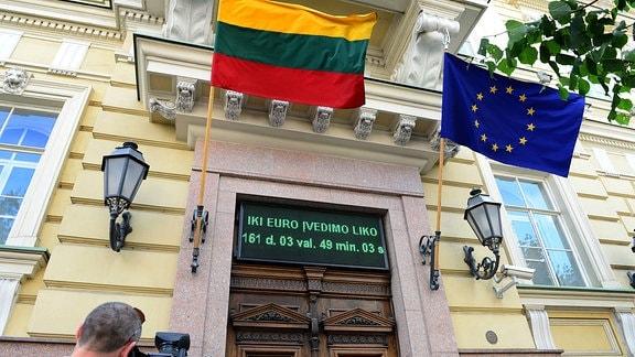 Flaggen Litauens und der EU an Gebäude