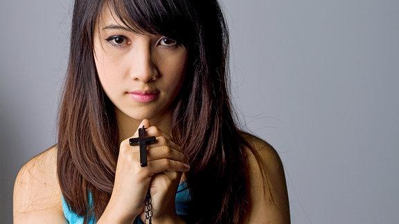 Frau mit Kreuz