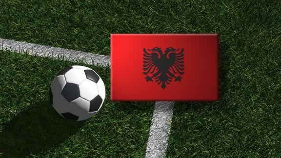 Die albanische Flagge mit einem Fussball