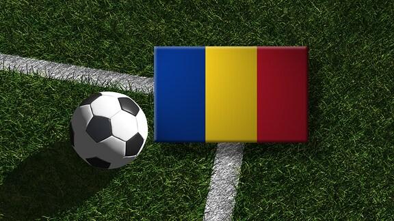Die rumänische Flagge mit einem Fussball