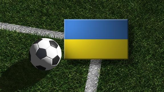 Die ukrainische Flagge mit einem Fussball
