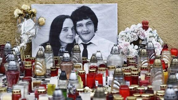 Hunderte von Kerzen stehen vor einem schwarz-weiß Foto auf welchem Jan Kuciak zu sehen ist.
