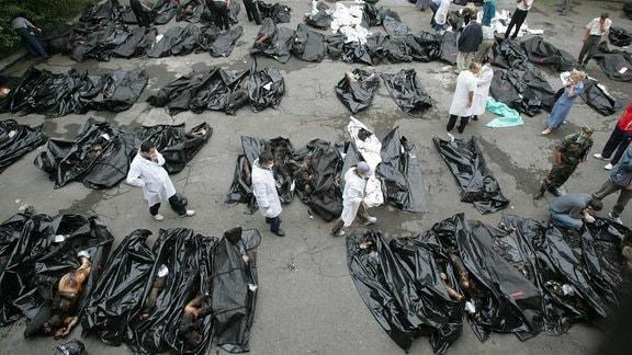 Leichen der Opfer des Geiseldramas in Beslan liegen 2004 im Hof des Leichenschauhauses in Wladikawkas.