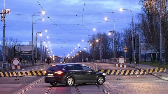 Ein Auto quert die Straße vor der gesperrten Libensky-Brücke in Prag.