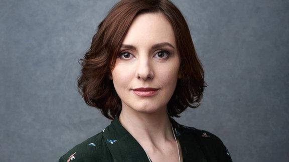 Eine Frau schaut in die Kamera.