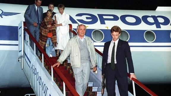 Michail Gorbatschow im August 1991 beim Aussteigen aus einem Flugzeug.