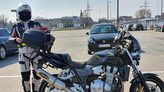 Grenzübergang Jędrzychowice-Ludwigsdorf Motorradfahrer bringen die Infokarten und Wasser den im Stau stehenden Reisenden_Agnieszka Hreczuk