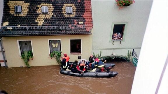 Stadt an der Mukde steht unter Wasser Grimma Dorfstrasse steht unter Wasser Flut Wasser Hochwasser der Mulde