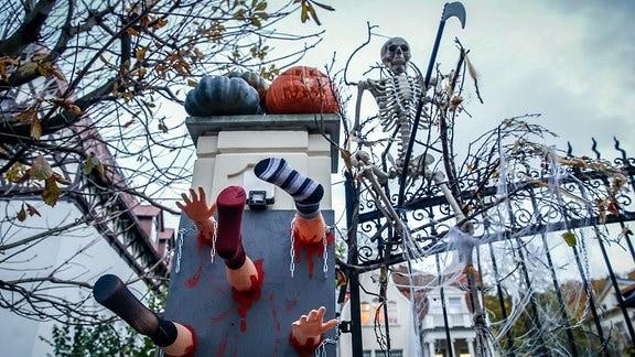 Halloween Dekoration an einem Zaun.