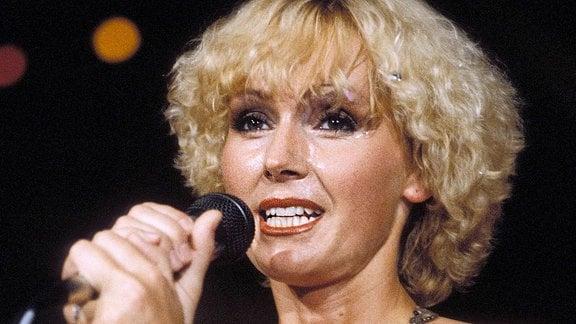 Musikerin Helena Vondrackova singt.