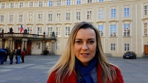 Helena Sulcova vor Prager Burg