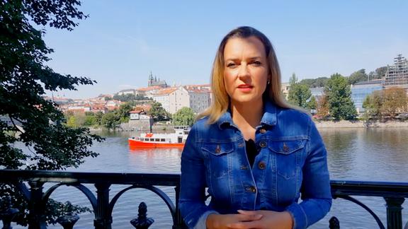 Helena Šulcová steht in Prag an der Moldau