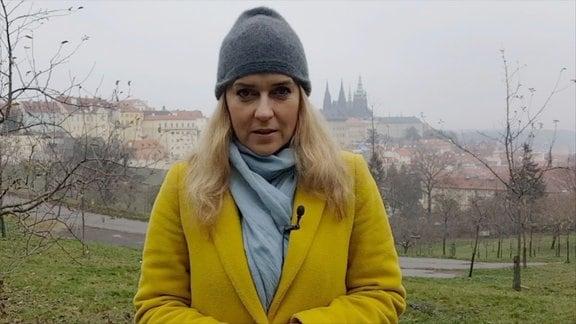 Helena Sulcova steht vor der Kulisse von Prag