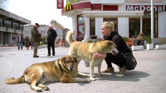 Frau mit zwei Hunden