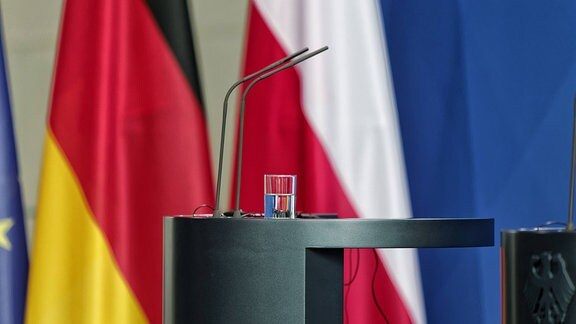 Rednerpult vor deutsch-polnischen Flaggen