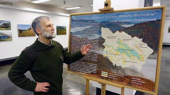 Ein Mann zeigt etwas auf einer Karte