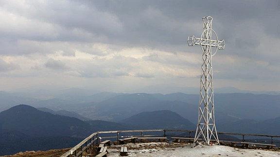 Gipfelkreuz auf einem Berg