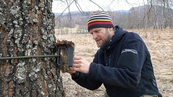 Ein Mann an einem Baum