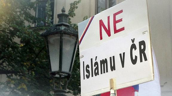 """Ein Schild mit der Aufschrift """"NE - Isámu v CR"""""""