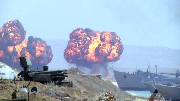 Explosionen neben Schiffen