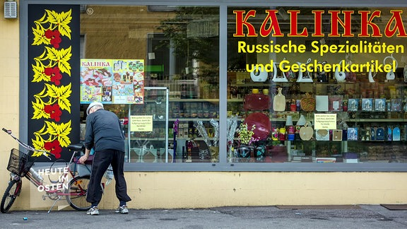 Mann vor russischem Spezialitäten-Laden