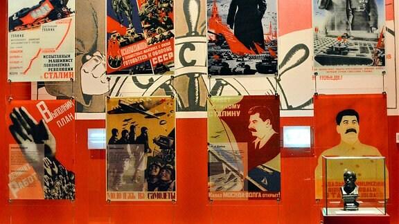 Verschiedene Plakate mi dem Konterfei Stalins.