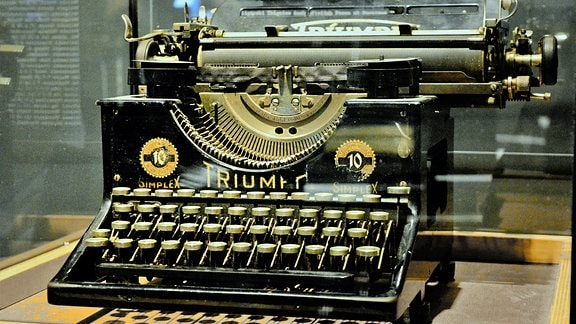 Eine alte Triumph Schreibmaschine in eier Vitrine.