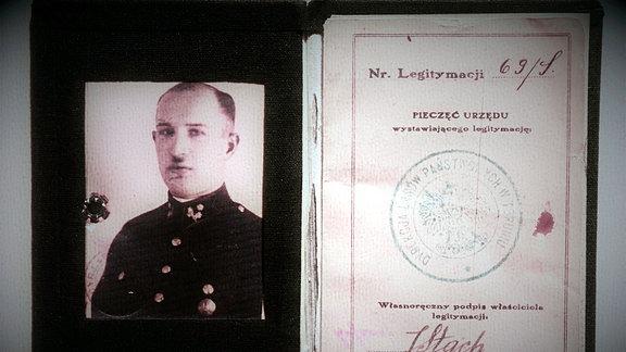 Ausweispapiere und das alte Passbild eines Mannes in Uniform .