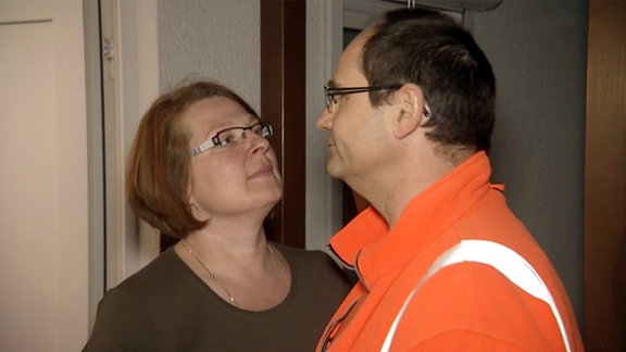 Eine Frau und ein Mann schauen einander an