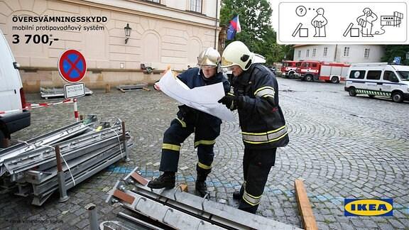 Tschechisches Meme - Zwei Feuerwehrmänner lesen eine Aufbauanleitung von IKEA.